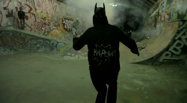 Batman, Skateboard und Feuerwerk = Awesome leeside_skateboard_costumeparty