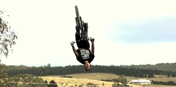 BMX Tricks durch den australischen Himmel Andreu_Lacondeguy_down_under