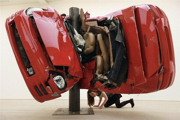 Auto um Pfahl gewickelt = Kunst Dirk_Skreber_01