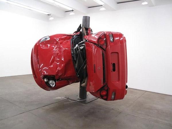 Auto um Pfahl gewickelt = Kunst Dirk_Skreber_02