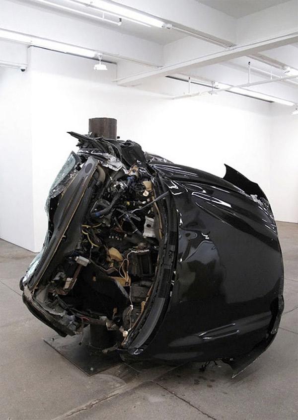 Auto um Pfahl gewickelt = Kunst Dirk_Skreber_04