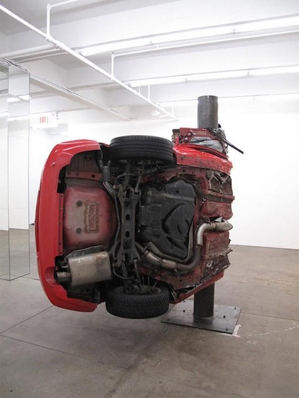 Auto um Pfahl gewickelt = Kunst Dirk_Skreber_05