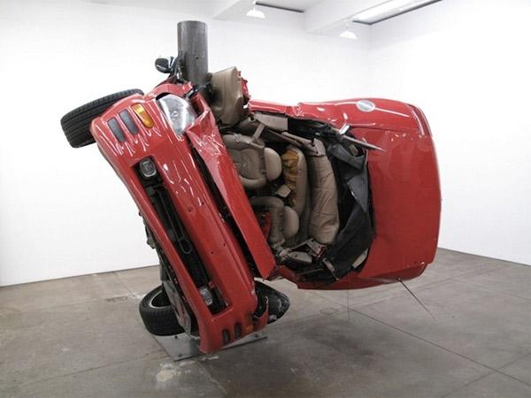 Auto um Pfahl gewickelt = Kunst Dirk_Skreber_06