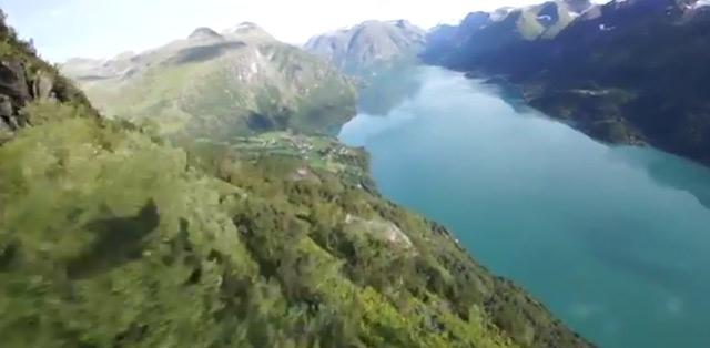 Mit Helmkamera und Wingsuit vom norwegischen Berg Slopeflying_in_Styrn
