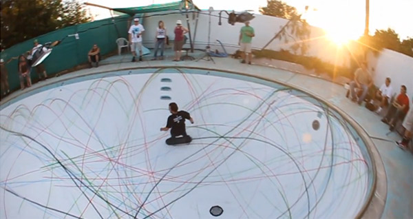 Skateboard-Poolsession mit Nebenfach Malerei skate_paint_interface
