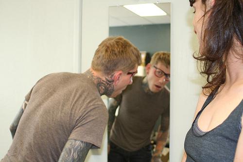 Typ lässt sich Brille ins Gesicht tättowieren tattoed_glasses
