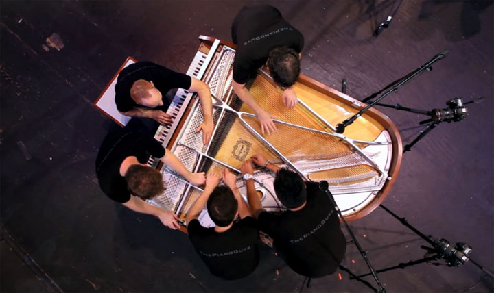5 Männer spielen an einem Klavier one_direction_piano