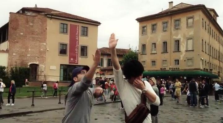 High-Foto-Fotobombin am schiefen Turm von Pisa
