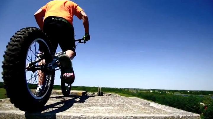 Mit dem BMX die Kletterwand runter