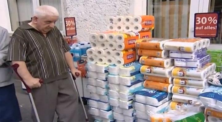 Ein Opa verteidigt sein Klopapier schlecker_ausverkauf_opa_bunkert