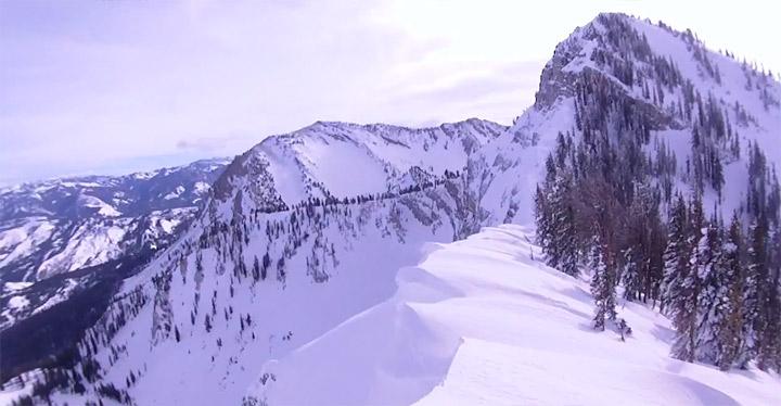 Doppeltes Wahnsinnsglück: Schneemobil & Auto snowmobile_near_cliff