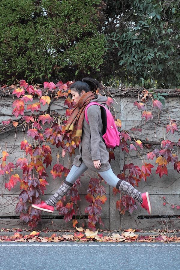 Fotografie: Die schwebende junge Frau 1082062380