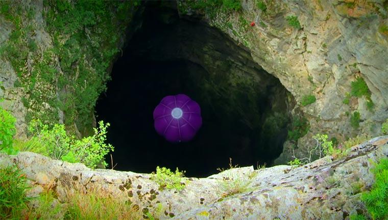 Mit Heißluftballon durch eine Höhle