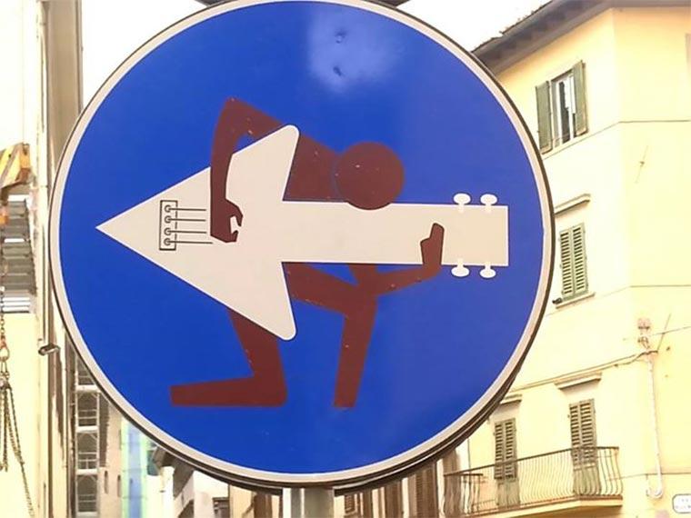 Schluss mit langweiligen Straßenschildern! Clet_Abraham_02
