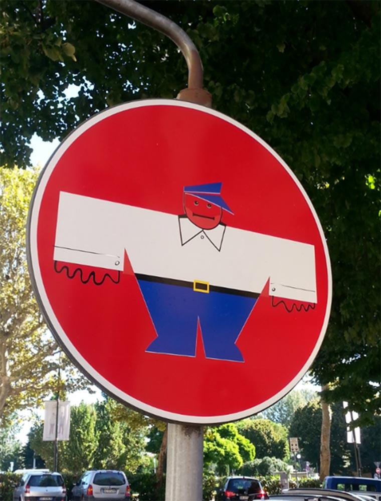 Schluss mit langweiligen Straßenschildern! Clet_Abraham_05