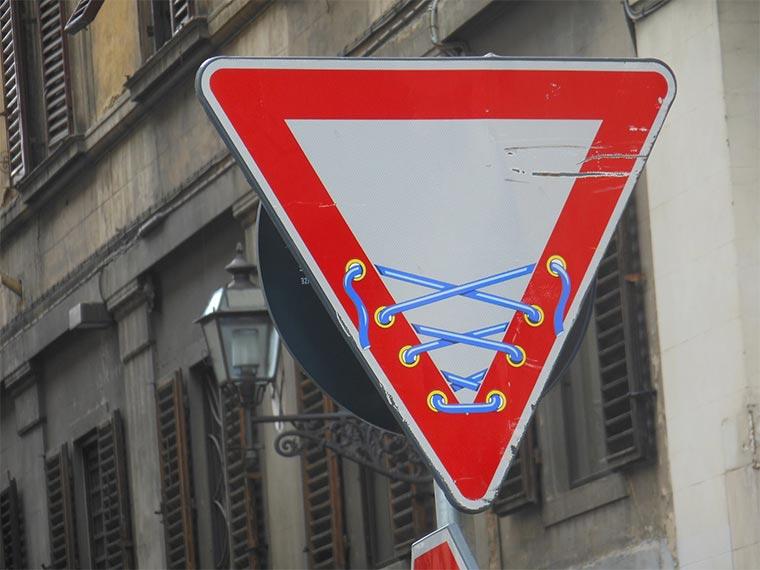 Schluss mit langweiligen Straßenschildern! Clet_Abraham_11