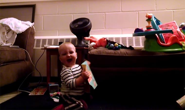 Baby freut sich über Musik-Karte