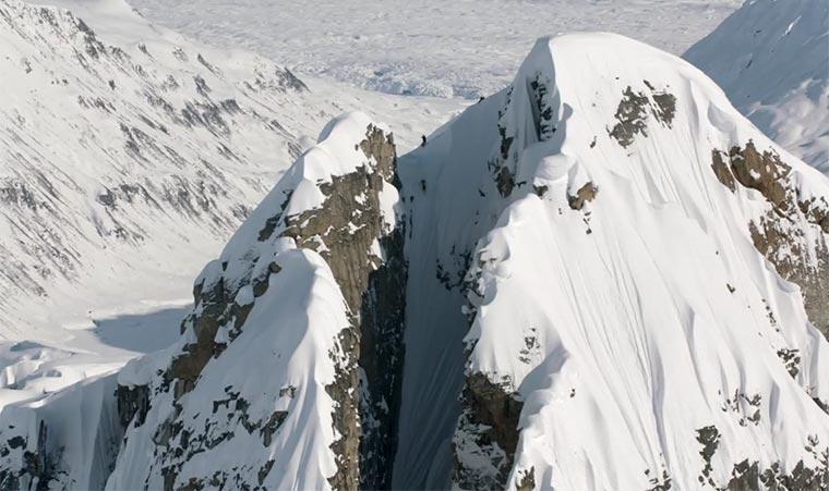 Skifahren in der Bergspalte insane-skiline