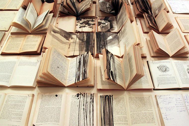 Tintenzeichnungen auf Büchern Ekaterina-Panikanova_06