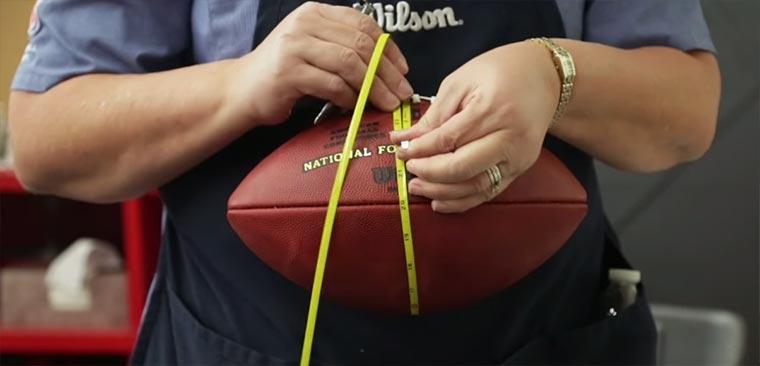 Herstellung eines Footballs NFL-Football