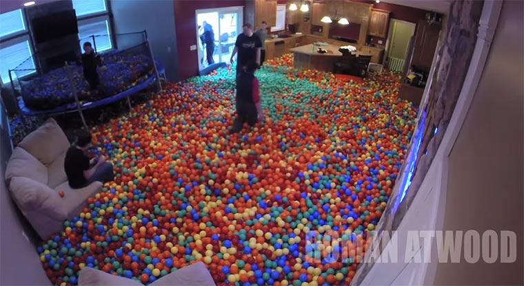 Das eigene Haus als Bällebad Plastic-Ball-Prank