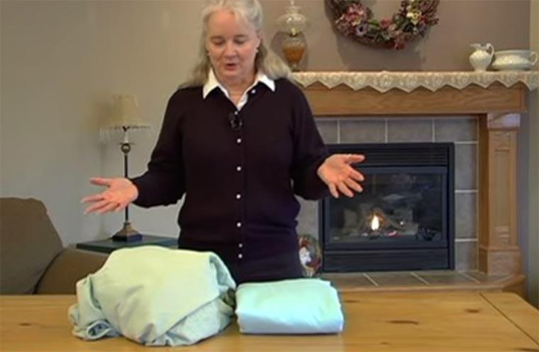 Wie faltet man eigentlich ein Spannbettlaken? fold-a-fitted-sheet