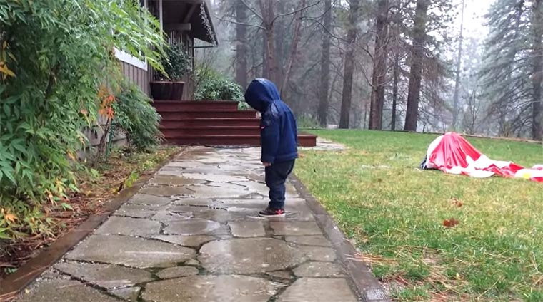 Kleinkind vs. Pfütze kid-puddle