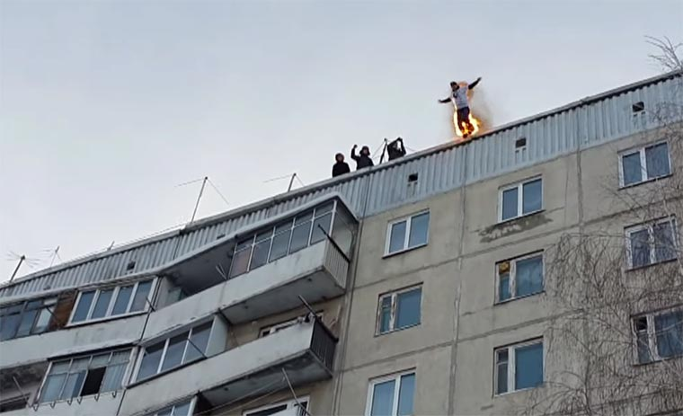 Russe springt brennend vom Hochhaus burning_roofjump