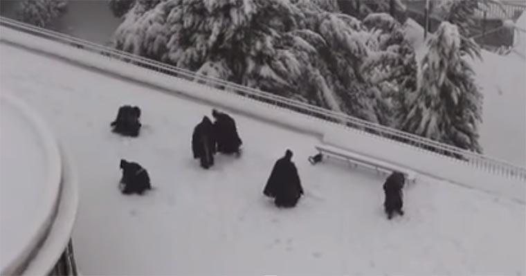 Mönche bei der Schneeballschlacht monks_snowballfight