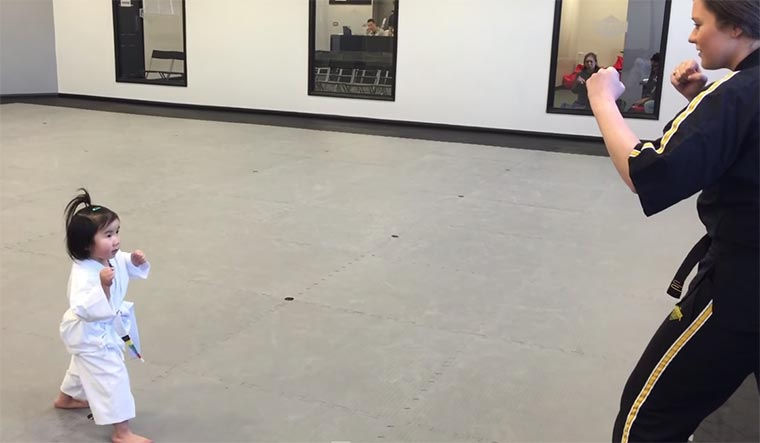 Taekwondo: Kleiner Junge vs. Brett