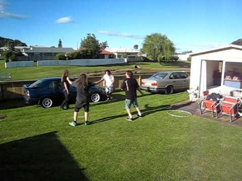 BREAKING NEWS: Vier ausgewachsene Männer aus Neuseeland springen durch einen HullaHoop-Reifen