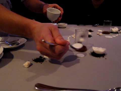 Crazy Dessertzubereitung am auf dem Tisch