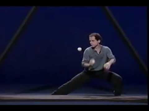 Jongleur lässt seine Bälle im Dreieck springen