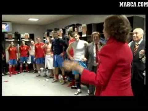 Königin Sofia in der Umkleide der spanischen Nationalmannschaft