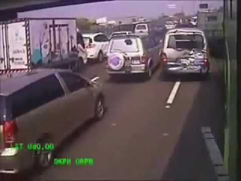 Verrückter Busfahrer baut Massenunfall