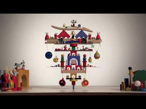 117 Spielzeuge ausbalanciert auf einem Legostein
