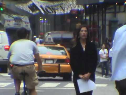 Typ gibt Leuten, die in NYC ein Taxi rufen High Fives