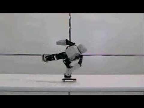 Ein Roboter, der Skateboard und Rollschuh fährt