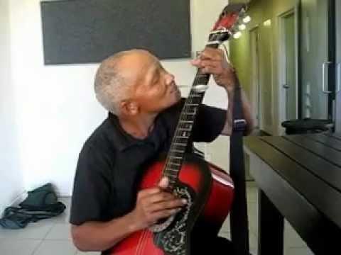 Gitarre mit Löffel spielen