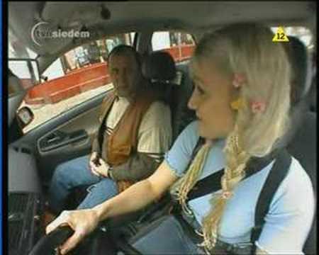 Frau – Blond – Autofahren