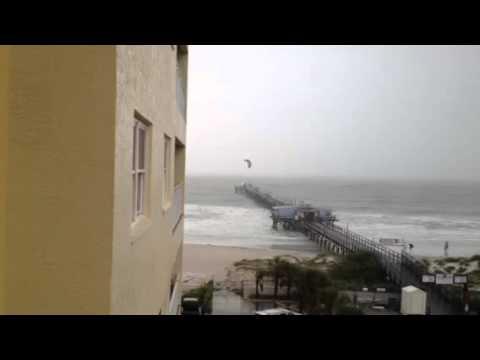 Kitesurfer gegen Sturmwind