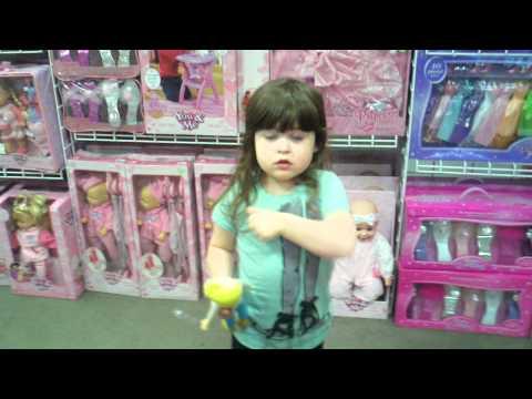 kleines Mädchen erklärt Marketing