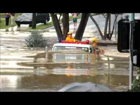 Feuerwehrwagen trotzt Hochwasser