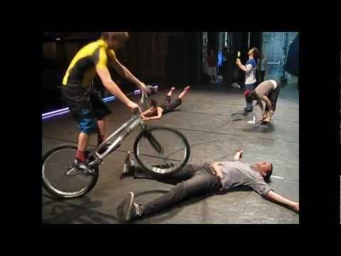 Cirque Eloize zeigt Pedalfeingefühl