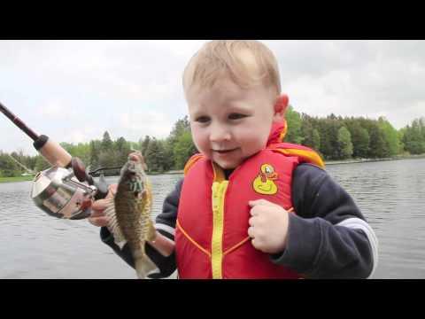 Cute: Kleiner Junge angelt seinen ersten Fisch