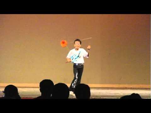 Kleiner Junge schmeißt mit Diabolos um sich