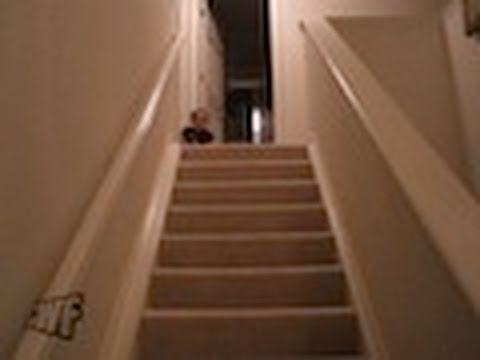 Treppenrutschendes Kleinkind