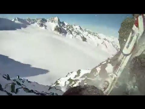 Skifahrer stürzt mit Helmkamera vom Gipfel