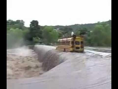 Schulbus fährt über einen Wasserfall