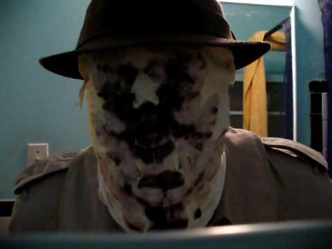 Typ bastelt funktionierende Rorschach-Maske